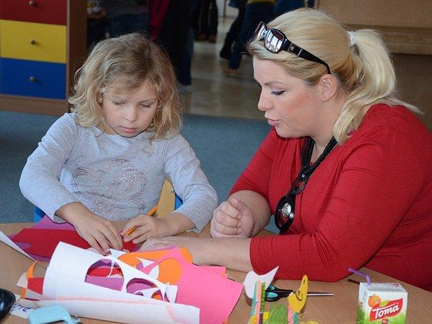 VELIKONOČNÍ DEKORACE tvořili ve středu odpoledne prvňáčci z náchodské ZŠ Komenského spolu se svými rodiči a třídními učitelkami.