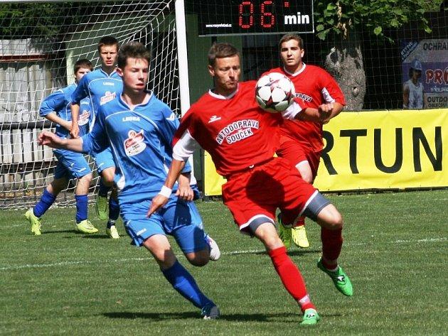 PĚKNÝ útočný fotbal byl v posledním kole k vidění v Červeném Kostelci, kde domácí rezerva (v modrém) přehrála Velkou Jesenici vysoko 6:2.