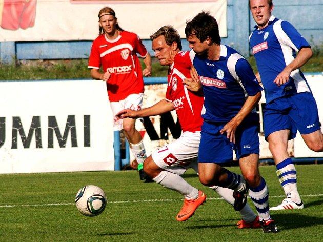 PARDUBICKÝ rychlík jménem Martin Hundák (bílé trenýrky) se snaží zastavit mladý náchodský stoper Jan Kábrt.