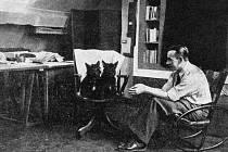 Malíř Josef Šíma  ve svém pařížském ateliéru, asi 1929.