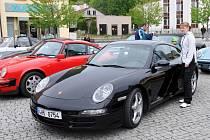 TŘI DESÍTKY automobilů Porsche brázdily o víkendu náchodským regionem. Zastavily se i na hronovském náměstí.