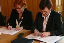 Polská konzulka Aurelia Krynicka (vlevo) a první sekretář ekonomického odboru Ewa Borzęcka–Auch rokují se zaměstnavateli z náchodského regionu.