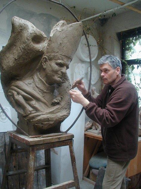 Sochař Petr Novák z Jaroměře tvoří sochu bývalého papeže Jana Pavla II.