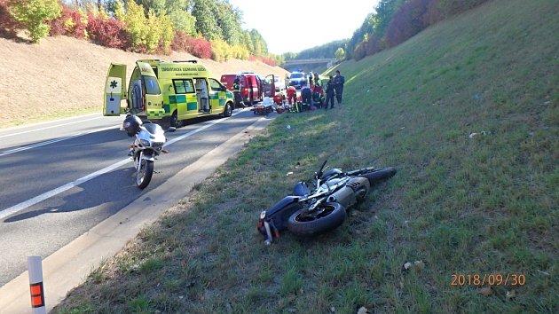 Motorkář po střetu s autem skončil v nemocnici.