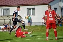 Fotbalisté Police nad Metují (v černobílém) si výhrou upevnili vedení v elitní krajské soutěži.