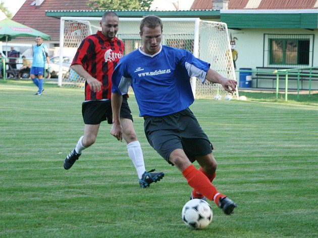 Fotbalisté Provodova (v pruhovaném) se v další herní přípravě rozešli s Úpicí smírně 1:1.