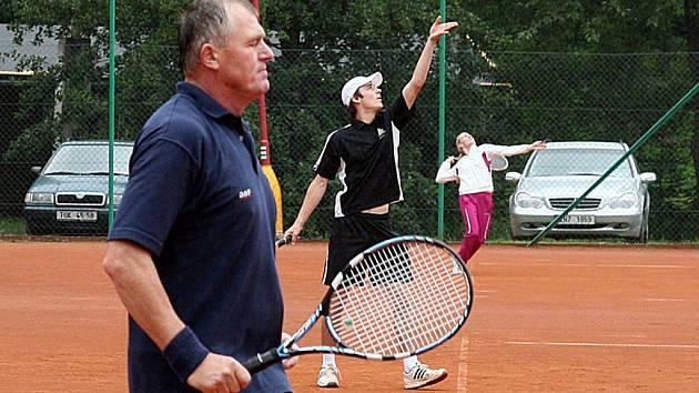 Šestadvacet tenistů a tři tenistky se utkali o vítězství v tradičním Pouťovém turnaji.
