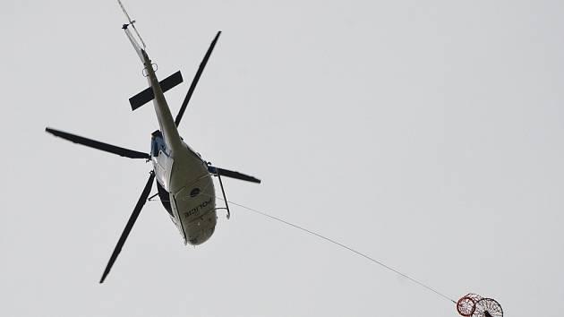 Záchrana tonoucího pomocí vrtulníku. Ilustrační snímek.