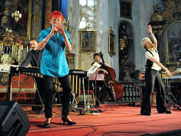 Koncert v otovickém kostele vyvrcholil vystoupením jazzmanky Jany Koubkové, která se jako host na závěr hudebního podvečera přidala  k formaci Théa.