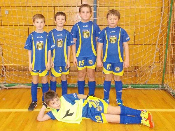 Turnaj mladších přípravek vyhráli mladí fotbalisté Nového Města nad Metují.