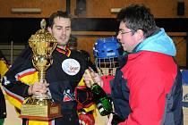 Výběr B vyhrál tradiční StarGame 13:8 a kapitán týmu Martin Lokvenc tak mohl převzít pohár pro vítěze.