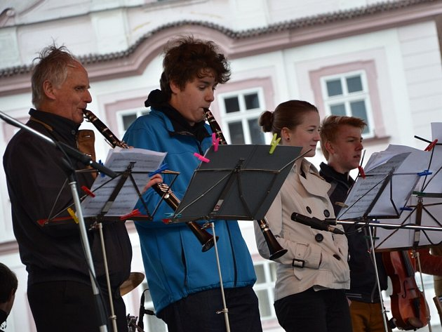 SOUBORY F.A. BAND a JAM DEFECT z náchodské ZUŠky hrály na Masarykově náměstí před příjezdem prezidenta.