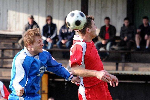 Fotbalisté Červeného Kostelce (vpravo) před týdnem doma dva body ztratili, z Jaroměře tak v neděli nechtějí jet s prázdnou.