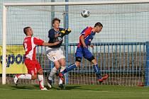 Fotbalisté Náchoda (v modrém) se s krajským přeborem rozloučili porážkou 1:6 s Týništěm.