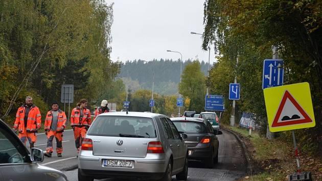 Oprava úseku silnice na výjezdu z Náchoda k odbočce na Nové Město nad Metují.