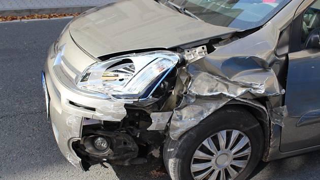 Srážka čtyř aut v Červeném Kostelci. V ulici to bylo jako na kuželkách.