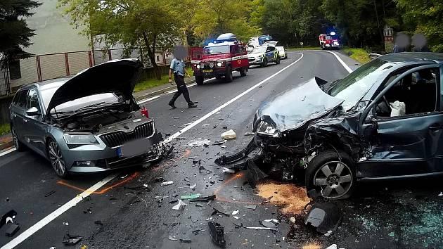 Srážka aut si vyžádala dva zraněné a blokovala silnici.