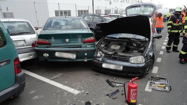Při střetu dvou aut jedno nabouralo pět dalších na parkovišti.