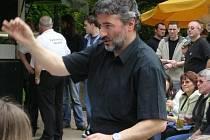 """ŘEDITEL POLICKÉ """"ZUŠKY"""" Lubor Bořek stíhá kromě vedení školy také dirigovat Velký dechový orchestr."""