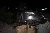 Recidivista ujížděl policii, převálcoval plot autobazaru a havaroval.