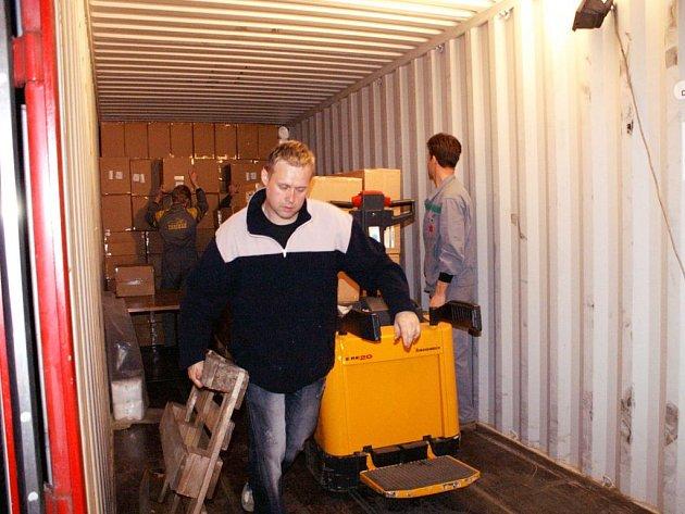 V noci z 12. na 13. května se přistavený kontejner plnil v Červeném Kostelci desítkami krabic s obvazovým materiálem.