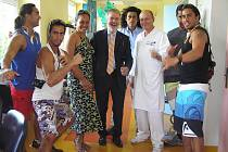 Miss Chile, delegace z Velikonočního ostrova a další známé osobnosti navštívili děti hospitalizované na dětském oddělení Oblastní nemocnice Náchod a předali jim dárky..