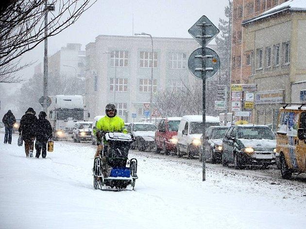 CHODCI BYLI RYCHLEJŠÍ. Kvůli sněžení totiž včera auta na Pražské ulici v Náchodě popojížděla méně než krokem.