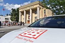 Prostranství před Jiráskovým divadlem bylo v sobotu místem oficiálního zahájení nejstaršího kontinuálně trvajícího divadelního festivalu na světě Jiráskův Hronov.