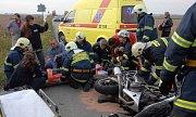 Nehoda u Nahořan na Náchodsku. Podle policie řidič automobilu při výjezdu z vedlejší silnice nedal přednost v jízdě motocyklu. Oba jezdci na motorce utrpěli zranění, řidičovo zranění bylo vážné a byl převezen leteckou záchrannou službou do Hradce Králové