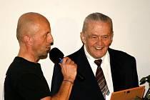 JEDNADEVADESÁTILETÝ Lumír Hadinec (na snímku vpravo) se stal členem novoměstské sportovní Síně slávy.
