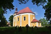 Dominantou obce je kostel sv. Michaela. V loňském roce prošel nákladnou rekonstrukcí a do okolí svítí jeho nová fasáda. Snahu o záchranu kulturního dědictví ocenil i kardinál Duka, který letos 5. června kostelu požehnal.