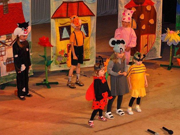 Děti z mateřských škol hrály divadlo.