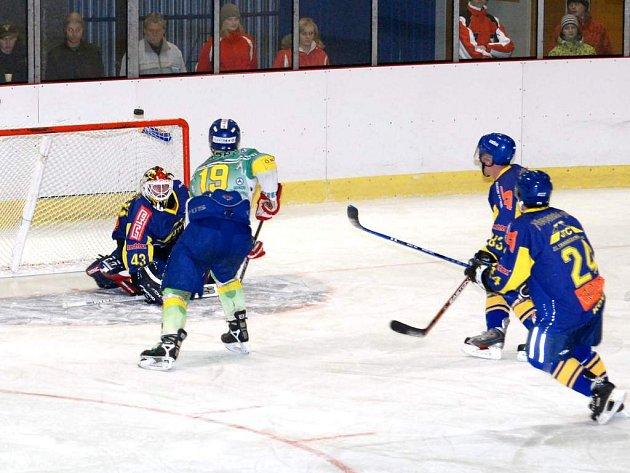 Kdyby hronovský Miloslav Hudeček proměnil tuto vyloženou šanci, mohlo utkání s Novou Pakou nabrat jiný směr.