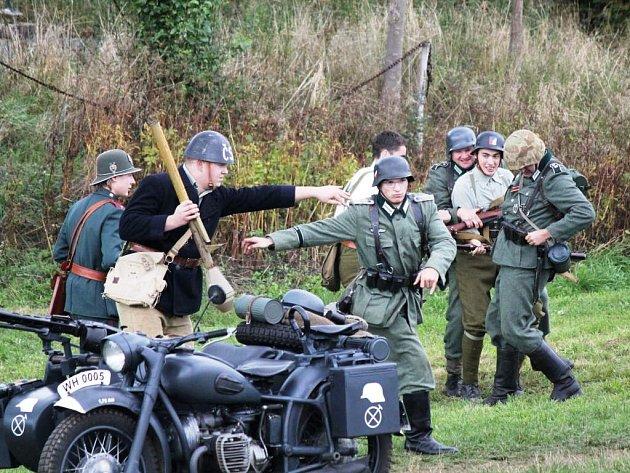 BOJOVÁ UKÁZKA připomněla v sobotu odpoledne u pevnosti Dobrošov jednu z posledních bitek 2. světové války, ke které došlo v květnu u hranic v Náchodě-Bělovsi.