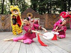 FOLKLORNÍ FESTIVAL je přehlídkou hudby, tance a pestrobarevných krojů z celého světa.
