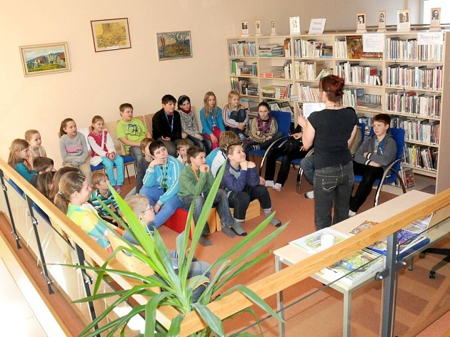 SPISOVATELKA Anna Birke-Semeráková představila žákům ve Velkém Poříčí knihu Moudré pohádky vesmírných skřítků.