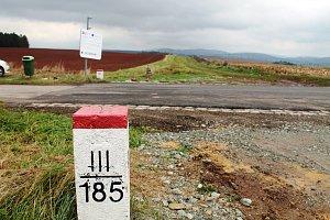 Než se dočkají nové silnice musí se smířit s objížďkou polní cestou