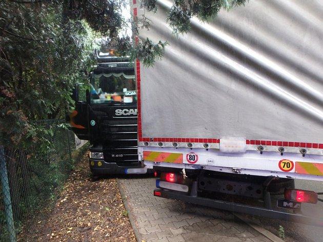 Dopravní nehoda dvou nákladních automobilů vnáchodské části Babí.