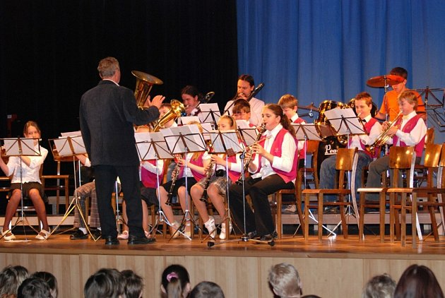 Pro žáky  2. stupně základní školy připravil Dechový orchestr mladých složený z muzikantů ZUŠ Hronov a ZUŠ Červený Kostelec poutavý a různorodý program.