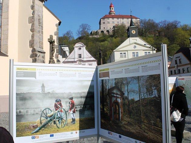 Svou cestu 14 fotografií z české a 22 z polské strany zahájily 19. dubna v Náchodě na Masarykově náměstí odkud v květnu putovaly do Polska.