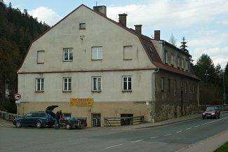 Patrová stavba původní Papírny byla vystavěna r. 1821 mlynářem Janem Prouzou. Nový majitel Václav Innert Papírnu zrušil a přestavěl ji na mlýn.Objekt je úzce spojen s prarodiči bratří Čapků. V roce 1890 se stal majitelem mlýna obchodník obilím a povozník