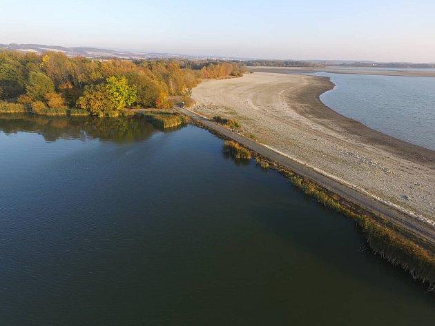 Ustupující hladina přehrady Rozkoš odhaluje stále více z toho, co je jindy skryto pod hladinou.