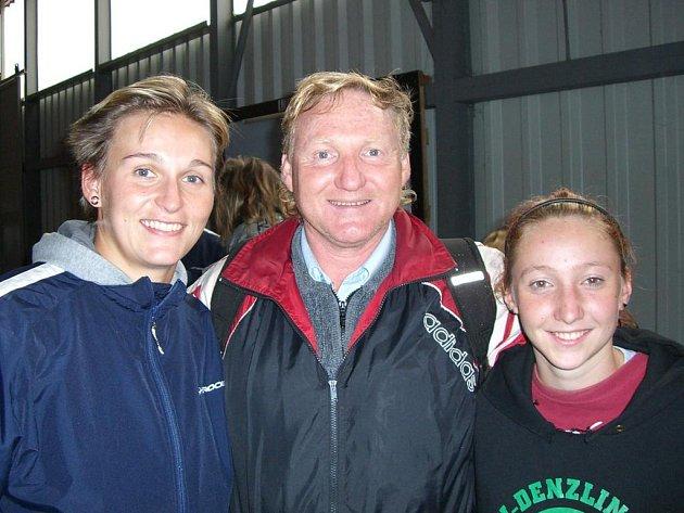 S pozdější olympijskou vítězkou a světovou rekordmankou Barborou Špotákovou (vlevo) se při přípravě na Kanárských ostrovech vyfotografoval trenér Jiří Vondřejc se svou dcerou a svěřenkyní Marcelou.