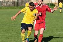 NOVOMĚSTSKÝ Tomáš Zákravský (ve žlutém) bojuje o míč s domácím Komárkem.