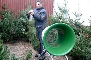 Vánoční stromy opět po roce plní ulice měst. Jejich ceny od loňska nenarostly, zdražování se ani neplánuje.