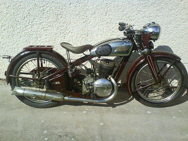 Muzeum motocyklů láká na motorky i na historické panenky a kočárky.