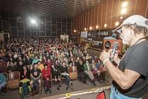 """Petr """"Špek"""" Slanina (na snímku) vyprávěl z pódia zaplněnému kinu o zrodu snímku, který později získal diváckou cenu."""