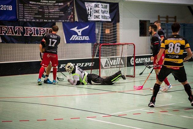 VÍTĚZSTVÍ. Náchodští florbalisté (zleva Vlček, Mědílek,  Geisler a gólman Skalický) doma porazili Litvínov 12:6.