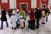 Skupinky dětí vyrážejí do ulici k Tříkralové sbírce.