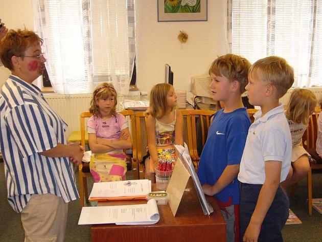 Děti složily před Knihomolíkem slib a zařadily se tak  do  pravého světa čtenářů.